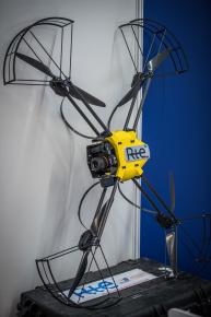 grand drone posé sur un mur